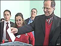 Ibrahim Rugova casts his ballot in 2002 local elections
