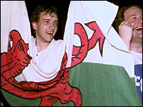 Celebrating result of Welsh devolution referendum, 1997