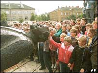 Statue of Lenin comes down in Valmiera, 1990