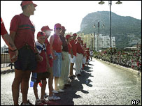 Human chain marking 300 years of British rule, 2004