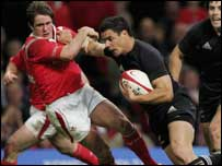 Dan Carter hands off Shane Williams