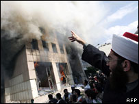 Demonstrators set fire to building housing Danish consulate, Beirut, February 2006