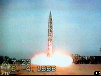 Pakistan tests nuclear missile in 1998