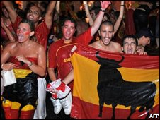 Spanish fans celebrate Euro 2008 victory in Madrid