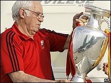 Ex-Spain coach Luis Aragones with the Henri Delauney trophy