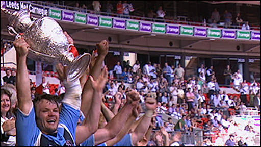 Keiron Cunningham lifts the Challenge Cup
