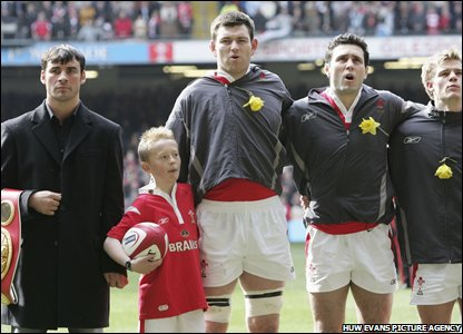 Calzaghe poses as the Wales rugby team ine-up