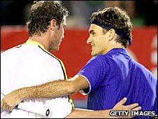 Marat Safin shakes hands with Roger Federer