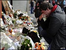 Man mourns outside the Fabeltjesland daycare centre (25 January 2009)