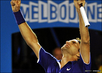 Roger Federer celebrates beating Andy Roddick in the semi-final