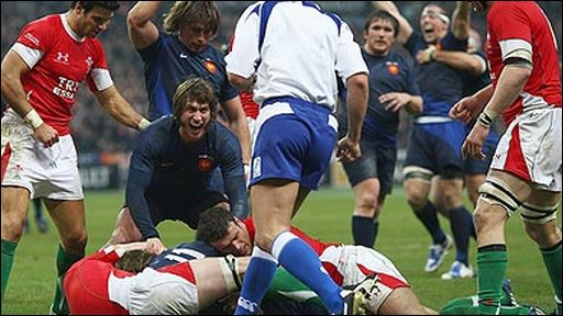 France's players celebrates Cedric Heymans  Martyn Williams