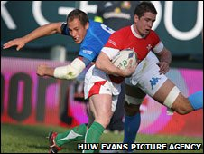 Shane Williams steps inside Sergio Parisse for Wales' first-half try