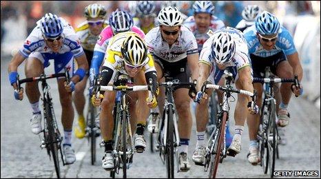 Cavendish beats Robbie McEwen in the sprint