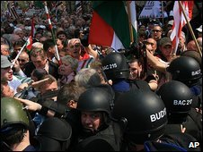 Police clash with anti-government protesters in Budapest, Hungary (14/04/2009)