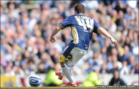 2009: Cardiff top-scorer Ross McCormack scores the last goal in a South Wales derby at Ninian Park in a controversial draw 2-2