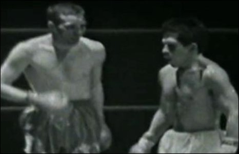 1967: Welsh featherweight Howard Winstone loses his title showdown with Vicente Saldivar at Ninian Park