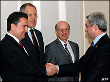 Armenian President Serzh Sarkisian (R) shakes hands with Turkish Foreign Minister Ali Babacan (L) on 16 April 2009