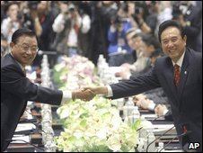 Chiang Pin-kung (left) shakes hands with Chen Yunlin