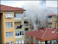 Smoke billows from the block of flats in Istanbul (27 April 2009)