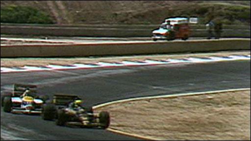 Nigel Mansell battles Ayrton Senna
