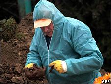Pathologist exhumes bodies in Osijek (22 December 2006)