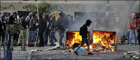 Far-right protesters block a street in Athens, 09/05