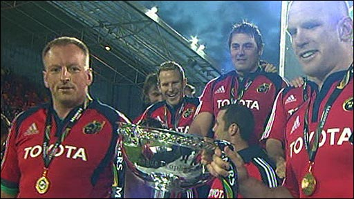 Paul O'Connell and the Munster team with the Magners League trophy