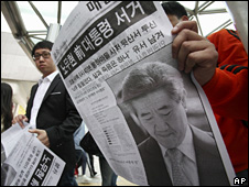 South Koreans read newspapers reporting Roh Moo-hyun's death (23 May 2009)