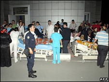 Patients stand outside the Sevket Yilmaz hospital (26 May 2009)