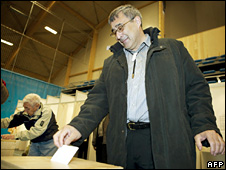 Hans Enoksen votes in Nuuk (2 June 2009)