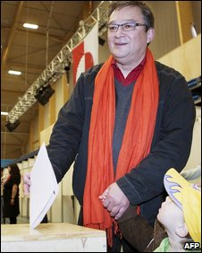 Greenland's IA party leader Kuupik Kleis casts his vote in Nuuk (2 June 2009)