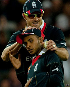 Kevin Pietersen rubs Adil Rashid on the head