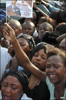 Gabonese women cry at Libreville airport as Omar Bongo's body arrived back in Gabon, 11 June 2009