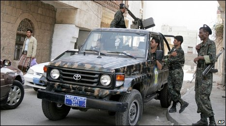 Yemeni soldiers patrol in the capital, Sanaa (15 June 2009)