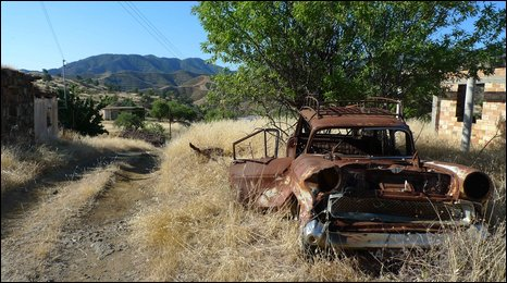 Rusted car in Variseia