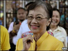 Corazon Aquino attending special mass for 25th anniversary of muder of husband Benigno Aquino, 17 August 2008