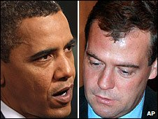 US President Barack Obama (L) and Russia's President Dmitry Medvedev (R)