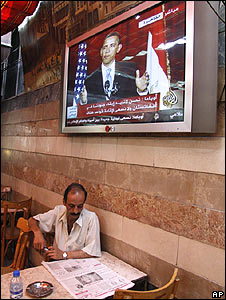 Syrian sits in a cafe as US President Barack Obama speaks in cairo 04.06.09
