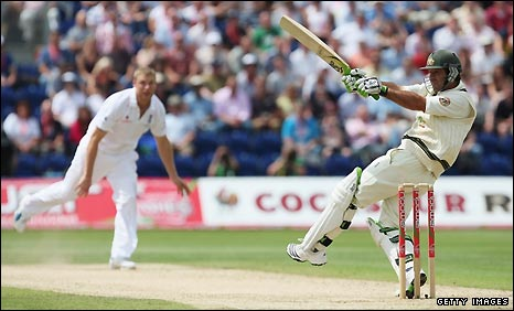 Ricky Ponting hooks a delivery from Andrew Flintoff