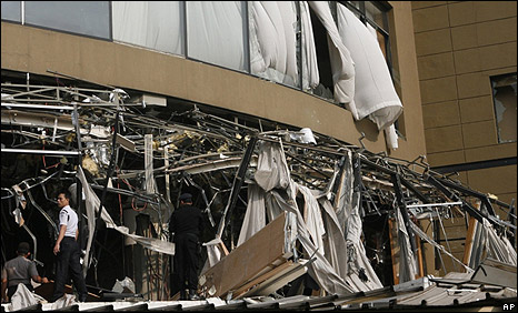 Police expect the blast-damage at the Marriott hotel in Jakarta, Indonesia, on 17/7/09