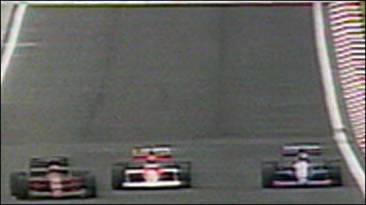 Nigel Mansell overtakes Ayrton Senna