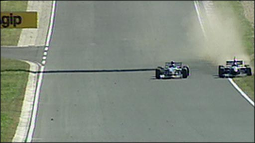 Jacques Villeneuve gets past Damon Hill on the grass