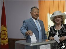 President Bakiyev votes with his wife in Bishkek