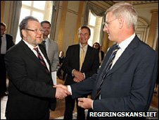 Ossur Skarphedinsson shakes hands with Carl Bildt on 23 July 2009 (Photo: Gunnar Seijbold/Regeringskansliet)