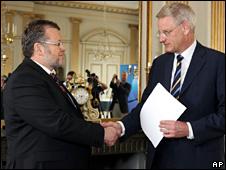 Ossur Skarphedinsson shakes hands with Carl Bildt on 23 July 2009