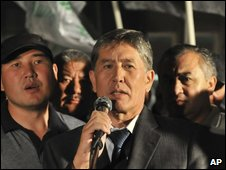 Kyrgyz opposition leader Almazbek Atambayev (C) speaks at a rally in Bishkek on 23 July 2009
