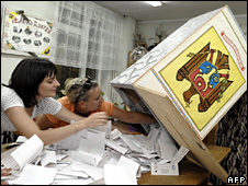 Election workers count ballots at a polling station in Chisinau (30 July 2009)