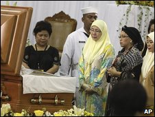 Wan Azizah Wan Ismail, wife of Malaysian opposition leader Anwar Ibrahim, pays her respects in front of the body of former leader Corazon Aquino, 2 August 2009