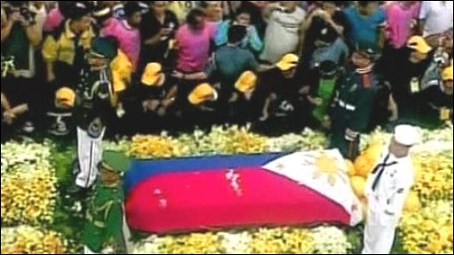 Thousands line the street for Corazon Aquino's funeral
