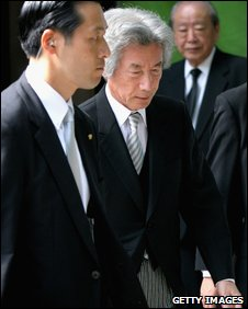 Former Japanese PM Junichiro Koizumi (centre) at shrine - photo 15 August 2009